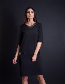 Czarna sukienka z połyskującej tkaniny ze wstawkami z ekoskóry